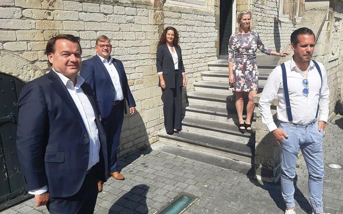De vijf wethouder die de bezuinigingsklus gaan klaren: Jeroen de Lange, Patrick van der Velden, Mignon van der Zwan, Petra Koenders en Barry Jacobs.
