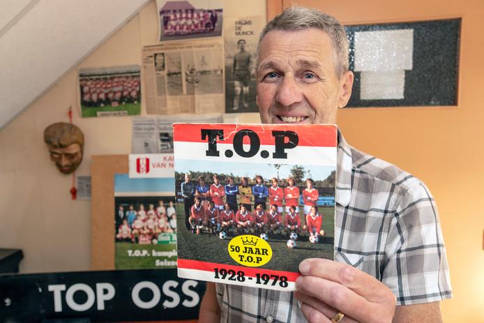 Gerrie van der Heijden op zijn voetbalzoldertje met het 45-toerenplaatje van het TOP-lied.