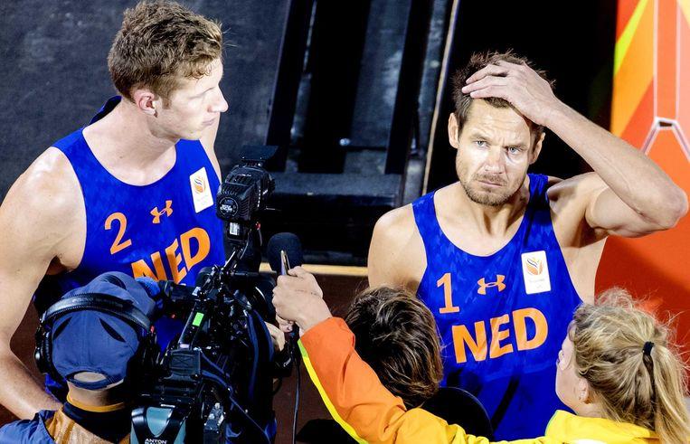 Reinder Nummerdor en Christiaan Varenhorst na hun verlies tegen Alexander Brouwer en Robert Meeuwsen tijdens de kwartfinale beachvolleybal in de Beach Volleybal Arena op de Olympische Spelen in Rio Beeld anp