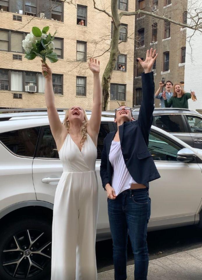 Reilly Jennings (links) en Amanda Wheeler trouwden vrijdag op straat in New York.