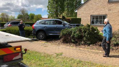 Auto belandt in voortuin na aanrijding
