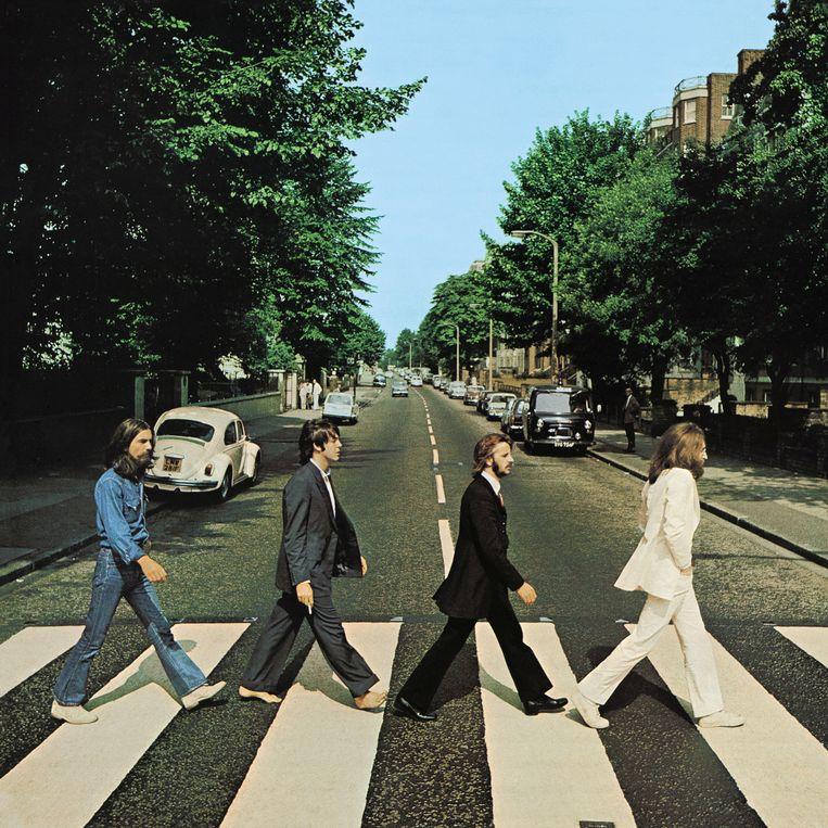 De Beatles, George Harrison, Paul McCartney, Ringo Starr en John Lennon, steken Abbey Road over in Londen op 8 augustus 1969. De foto van Ian McMillan werd de iconische platenhoes van Abbey Road.  Beeld Ian McMillan, courtesy of Apple Corps / Reuters