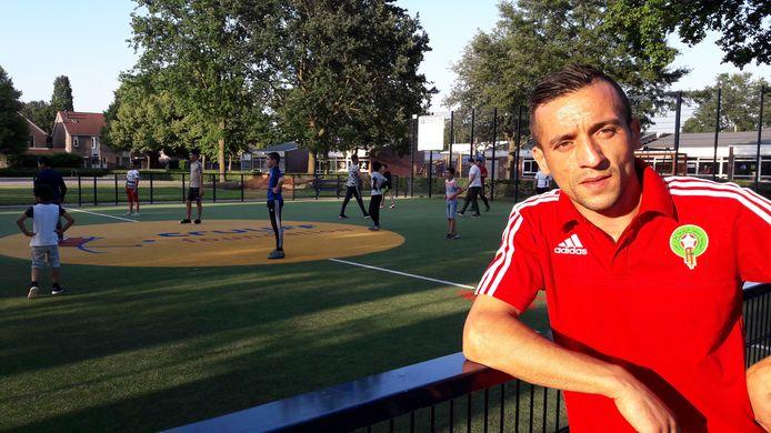 Hicham Ziyech naast het Cruijff Court in Dronten-Zuid.