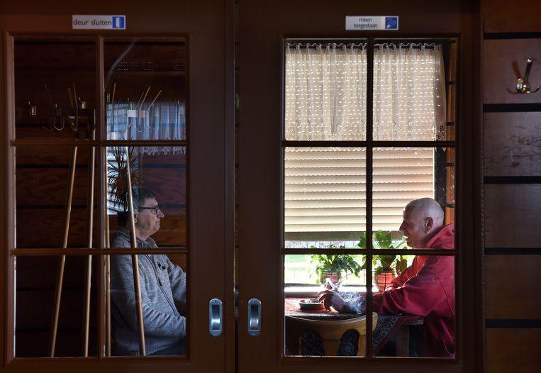 Een rookruimte in een café in het Gelderse Alphen. Beeld Marcel van den Bergh / de Volkskrant