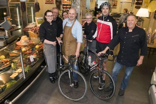 Het slagerijteam bereidt zich voor op de fietstocht voor Britt en KiKa. Tweede van links, met leren schort, is Jurriaan Rexwinkel.