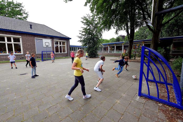 Het nieuwe trapveldje in Zegge laat nog op zich wachten. Zolang kan de jeugd nog terecht op speelplein van basisschool Mariadonk.