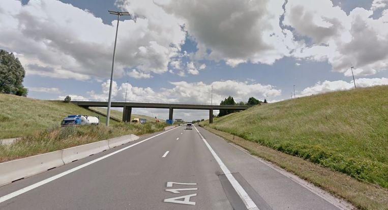 De afschuivende taluds langs de E403-A17 krijgen deze zomer een herstel, zoals nabij de Lampestraat in Aalbeke