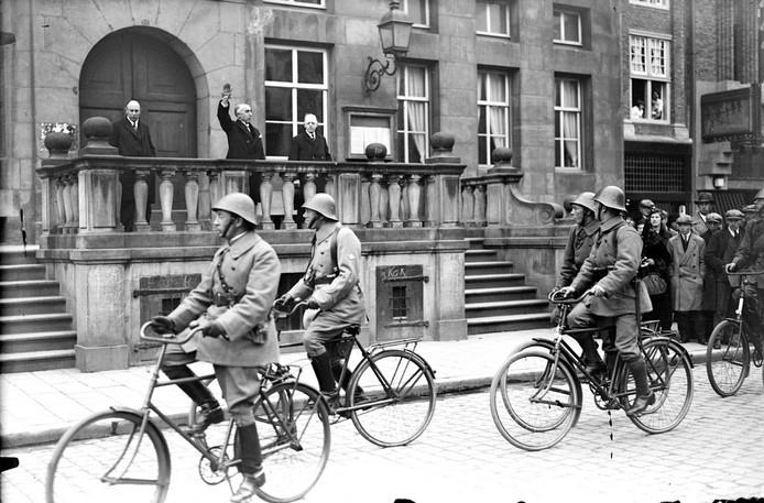 Het Regiment Wielrijders in 1932 begroet door burgemeester Van Lanschot tijdens de viering van het 10-jarig bestaan.