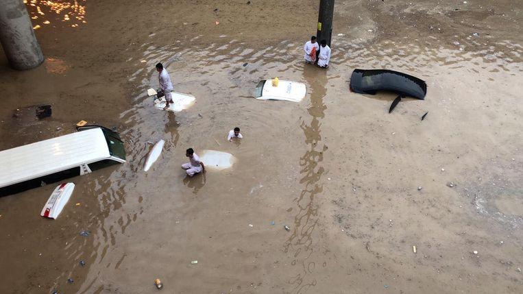 In Riyad, de hoofdstad van Saudi-Arabië, staan wegen blank en werden voertuigen meegesleurd door het wassende water.
