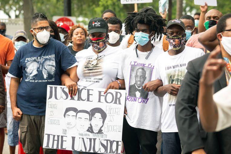 Betogers houden een protestmars bij het gerechtsgebouw van Glynn County in Brunswick, Georgia voor de omgebrachte Ahmaud Arbery.  Beeld AP