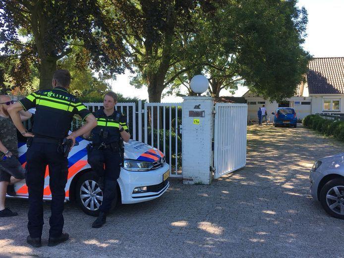 Bij haar inspecties bij de teckelfokkerijen in Woerden werd de Nederlandse Voedsel- en Warenautoriteit begeleid door politie