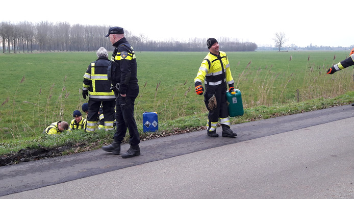De vaten worden uit de sloot langs de Kloosterweg in Horssen gevist.