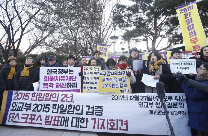 Verschillende inwoners van Zuid-Korea gingen protesteren. Ze accepteren het akkoord uit 2015 niet.