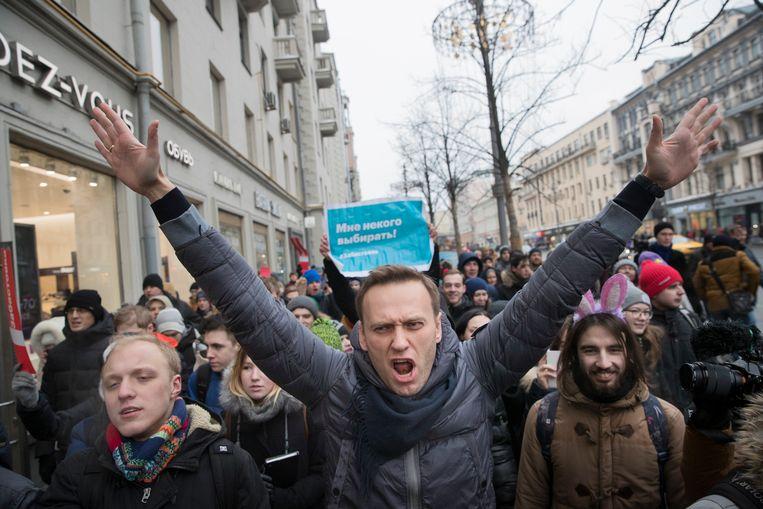 Oppositieleider Aleksej Navalni tijdens een demonstratie in januari 2018 nadat Roskomnadzor de toegang tot zijn website blokkeerde. Beeld AP