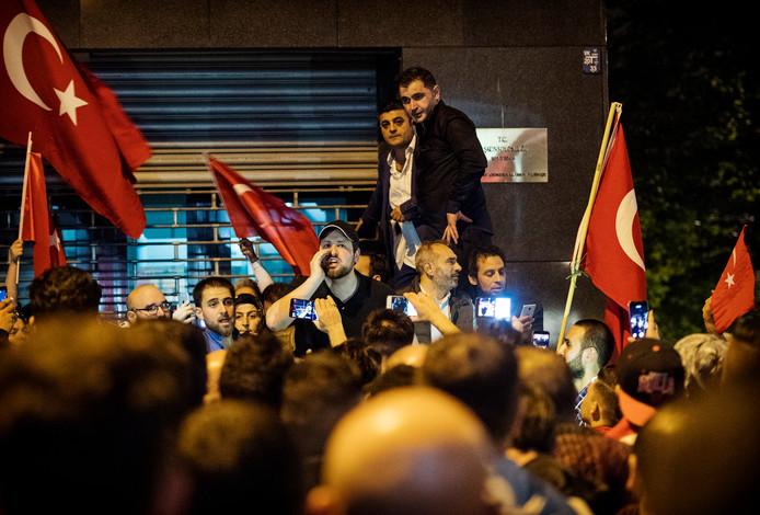 Het Rotterdamse raadslid Peksert voert het hoogste woord voor het Turkse consulaat in de nacht van de coup in Turkije. Later blijkt dat hij opruiende en nationalistische taal bezigde.