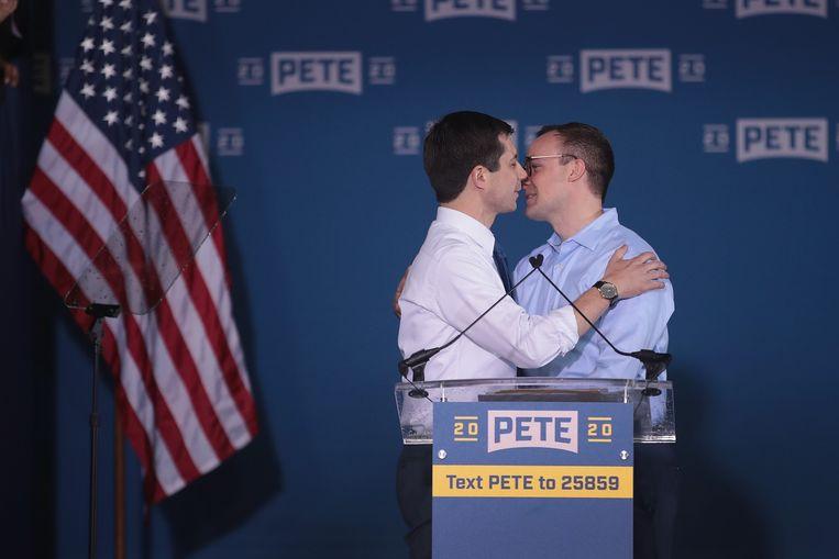 Pete Buttigieg begroet zijn echtgenoot Chasten Glezman (rechts) na zijn aankondiging dat hij zal meedoen aan de Democratische voorverkiezingen.
