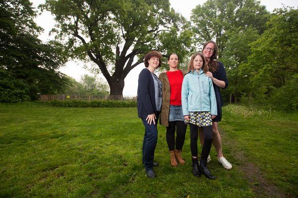 Sterrenouders Iris Tilkin, Elke Remans en Veerle Declerck en sterrenzus Floor kwamen donderdagavond samen aan de duizendjarige eik in Lummen.
