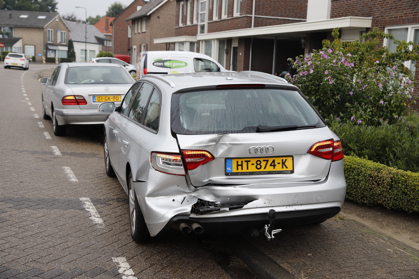 Een van de auto's die betrokken was bij het ongeluk.