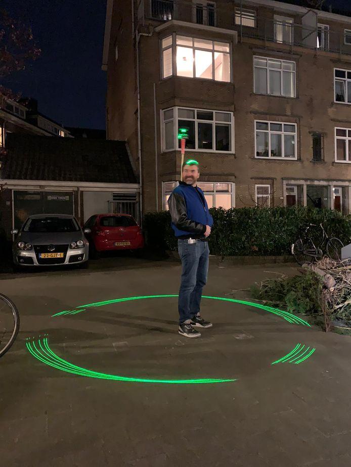Harm van Beek heeft een persoonlijke laserstraal om de grens van 1,5 meter te markeren.