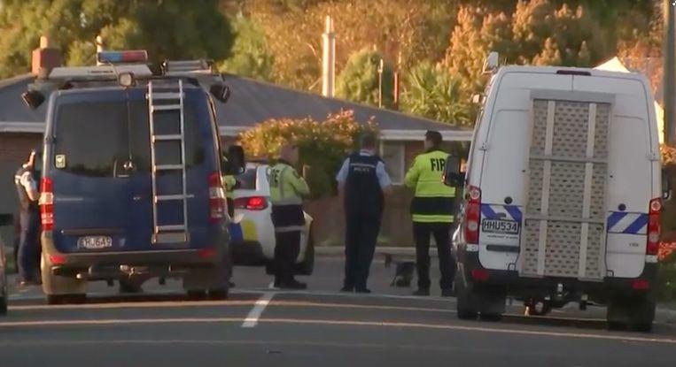 Politiewagens voor de woning waar de explosieven werden aangetroffen.