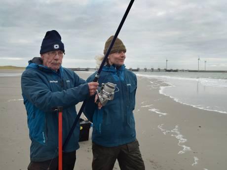 Rinus Verseput met vis van 153 cm kampioen zeevissen op strand Westenschouwen