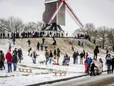 IN BEELD. Zo hard genoot de Bruggeling van het sneeuwtapijt, inclusief sneeuwballengevecht en glijden met de slee aan de Vesten