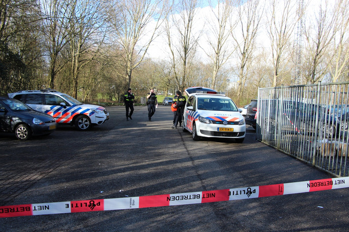 De politie heeft de parkeerplaats bij het Nollebos afgezet.
