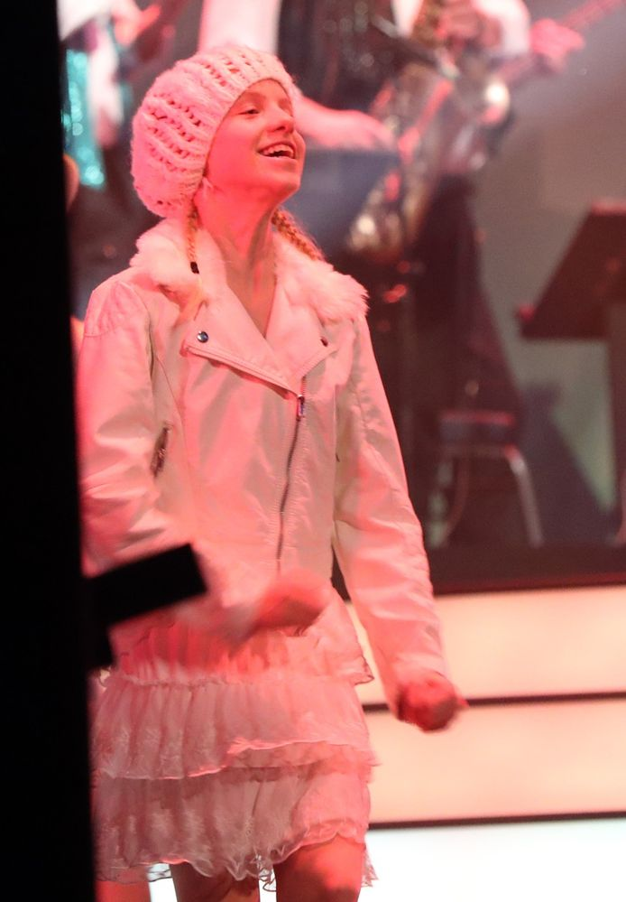 Lily, de jongste dochter van Kristel Verbeke en Gene Thomas, in actie op het podium