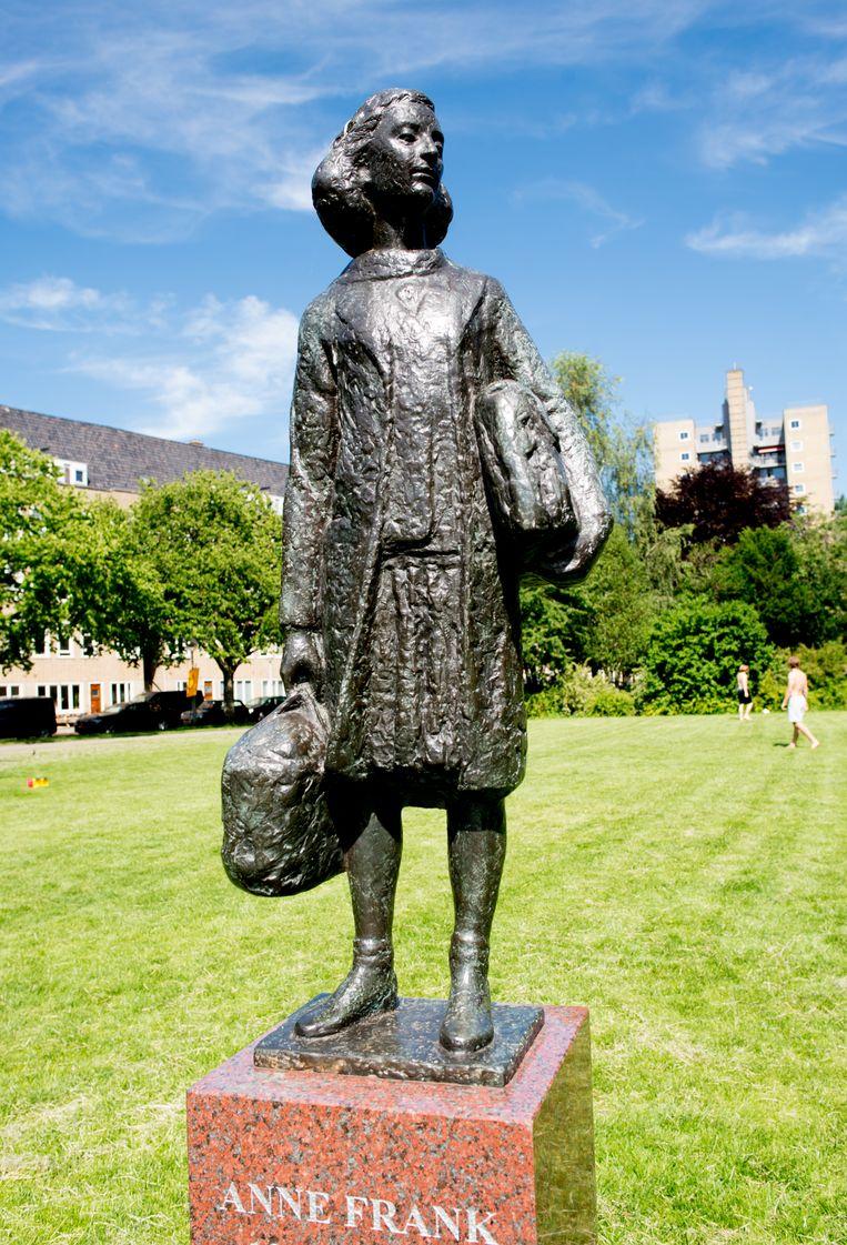 Anne Frank werpt nog een laatste blik op Merwedeplein 37-II. Beeld Marjolein van Damme