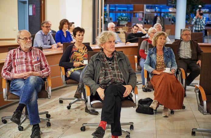 Willem Keeris uit Zeeland en Wim Rovers uit Uden tijdens de toespraak van burgemeester Hellegers van Uden voorafgaand aan de film 'Houdoe'.