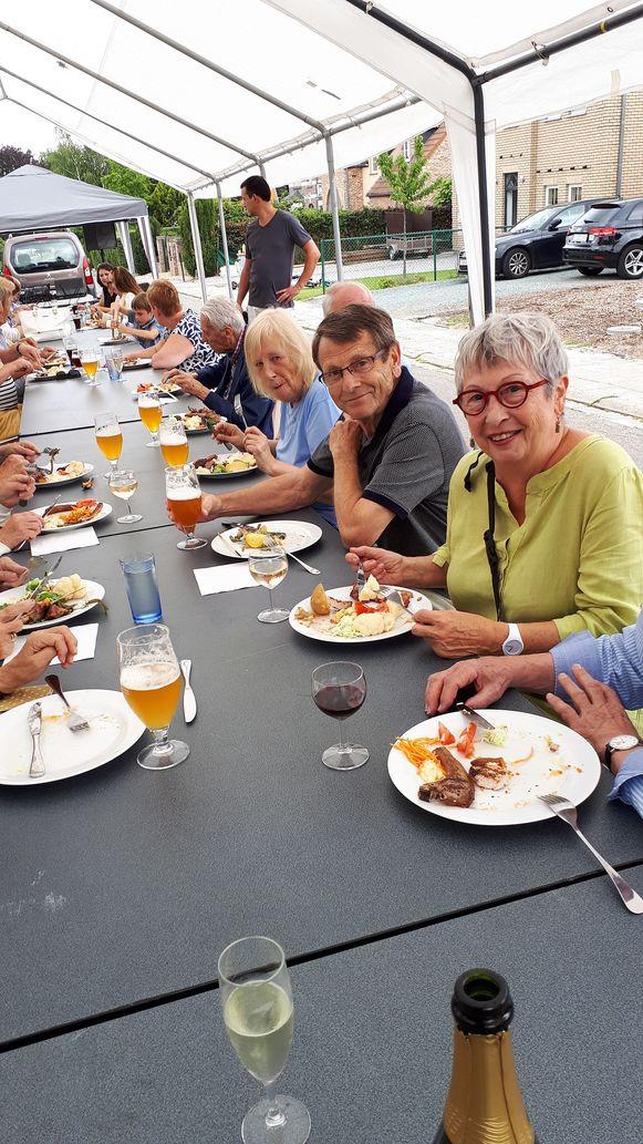 Tijdens het buurtfeest van de Reiberg werd er onder andere een barbecue georganiseerd.