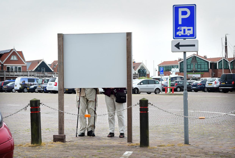 Een gepensioneerd echtpaar bekijkt een bord met toeristische informatie.  Beeld Marcel van den Bergh / de Volkskrant