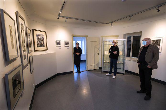 Wouke van Scherrenburg (midden) en Ad van Liempt nemen een kijkje bij de tentoonstelling '75 Jaar Vrijheid in de Kunst'. Kunsthistorica Maria Driessen legt uit. Foto Theo Kock.
