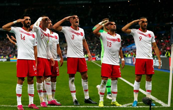 De spelers van Turkije vierden de 1-1 tegen Frankrijk maandagavond met een militair saluut.