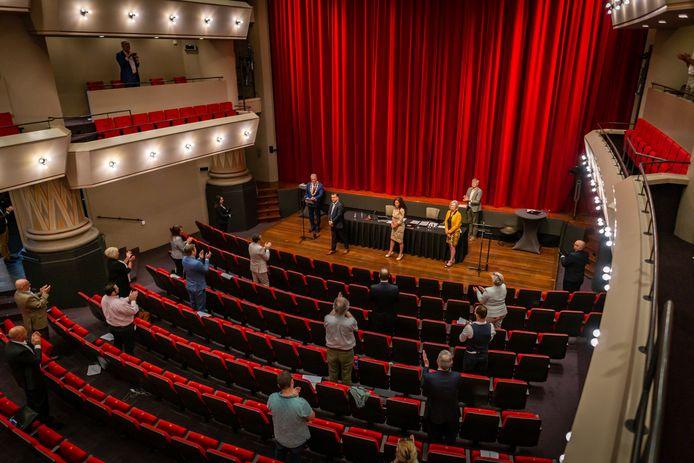 De gemeenteraad vergadert vanwege corona in theater De Maagd. Daar zijn de wethouders Jeroen de Lange, Mignon van der Zwan en Petra Koenders geïnstalleerd.