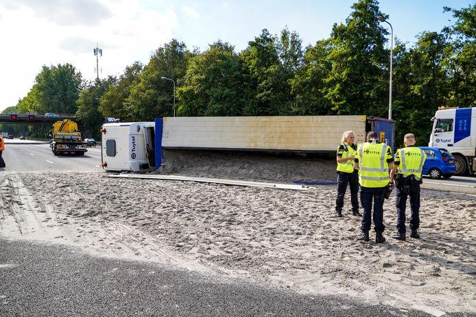 De A20 bij Nieuwerkerk aan den IJssel, richting Hoek van Holland, is volledig afgesloten door een ongeluk met een gekantelde zandwagen.