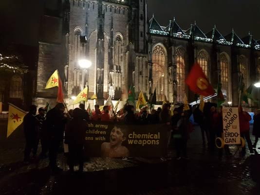 Het Grote Kerkhof in Deventer was vrijdagavond korte tijd het decor van een betoging tegen de Turkse invasie in Noord-Syrië