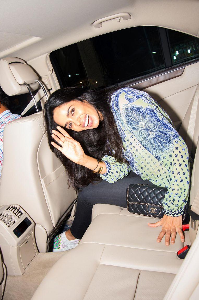Mallika Sherawat (39) in haar Mercedes met geblindeerde ramen. Beeld Lisa Klaverstijn