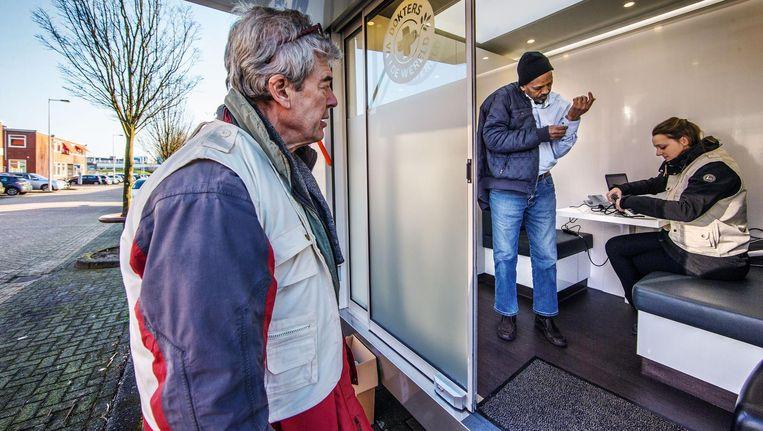 De zorgbus verleent medische check-ups aan uitgeprocedeerde asielzoekers en ongedocumenteerden. Beeld Jean-Pierre Jans