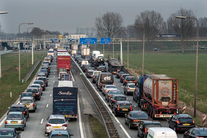 De verkeerslichten bij knooppunt Hooijpolder zorgen dagelijks voor files. Weg met die stoplichten!, is een urgente missie van ondernemersorganisatie VNO-NCW.