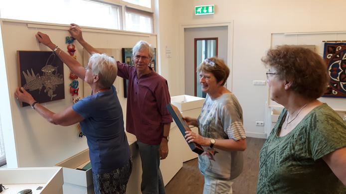Jan Juffermans (tweede van links) legt met de vrijwilligers van het MUBO de laatste hand aan de tentoonstelling.