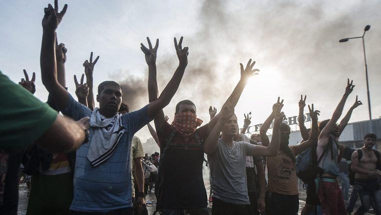 Bij het plaatsje Röszke aan de Servisch-Hongaarse grens zijn rellen uitgebroken tussen migranten en de politie. Beeld epa