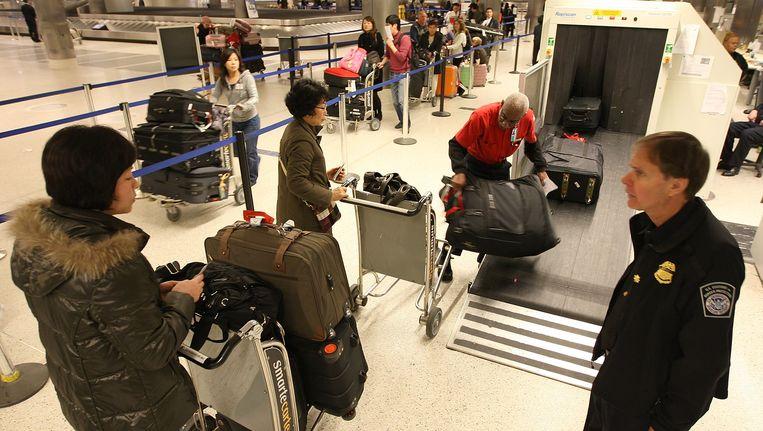 Passagiers worden op Los Angeles International Airport onderworpen aan veiligheidscontroles. Beeld AFP