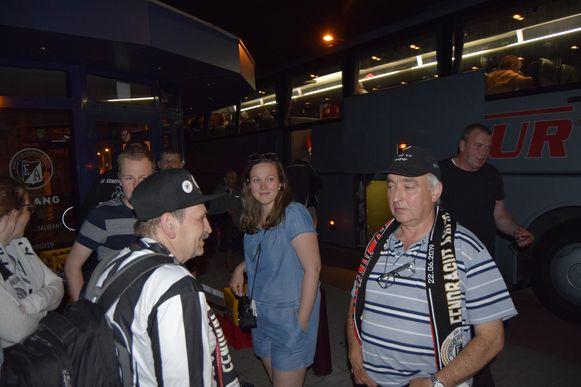 Na twaalf uur komen de fans terug aan in Aalst.