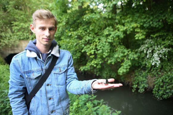 Bremt Vanermen toont de magneet die hij aankocht via internet.