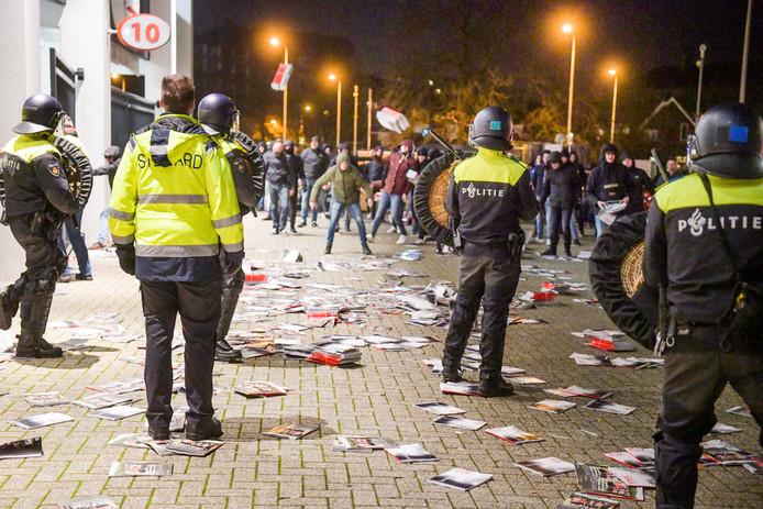 Supporters bestookten de politie zondagavond ook met stapels PSV-magazines die bij het stadion stonden.