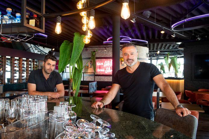 Restaurant Kreta bestaat 25 jaar. Gabriël Urucoglu (rechts) en zijn broer en mede-eigenaar Stefan in het vernieuwde interieur.