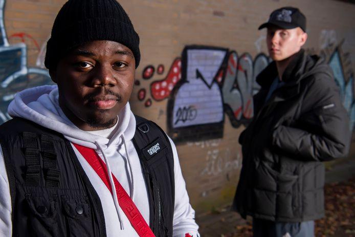 Rappers Steve (l) en Garfield werkten mee aan een drillrap tegen wapenbezit onder jongeren.