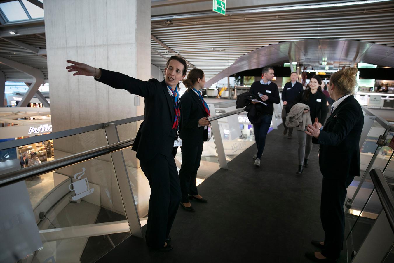 De bezoekers van Brabant On Track werden door 'stewardessen'  op Eindhoven Airport de weg gewezen.
