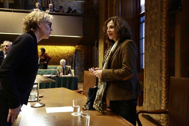 Minister Schippers in gesprek met PvdA-senator Marleen Barth. Beeld anp